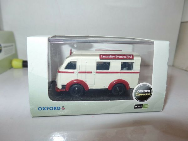 Oxford 76AK001 AK001 1/76 OO Scale Austin 3 Way Van Lancashire Evening Post